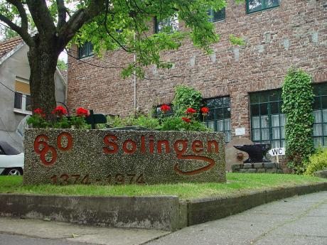 600-Jahre: Blumenkübel aus Waschbeton mit der Aufschrift 600 Solingen, 1374–1974. Vor ein paar Jahren mit der Kamera am Unnersberg entdeckt.