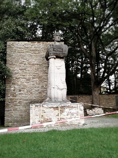 abgesperrtes Kriegerdenkmal Birken: Stand 19.9.2011, (c)Chris Olsen