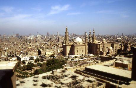 Sultan-Hasan-Moschee (links) und Al-Rifa'i-Moschee (rechts) in Kairo in Midan al-Qal'a: von der Zitadelle aus gesehen (im Mai 1995)