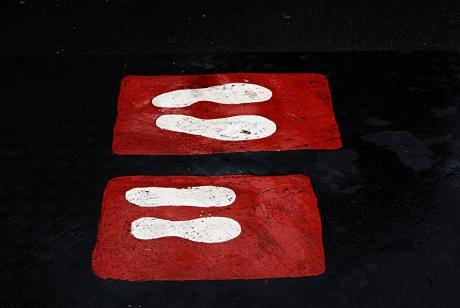 Fußabdrücke: Weiß auf Rot