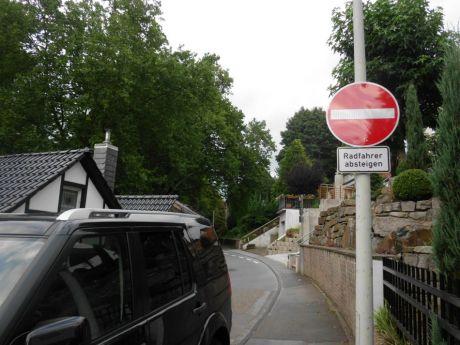 Radfahrer absteigen: Angeblich hat die Polizei das Schild 1012-32 (Radfahrer absteigen) entfernen lassen, da das Zeichen 267 – Verbot der Einfahrt - das Absteigen impliziert (beinhaltet)