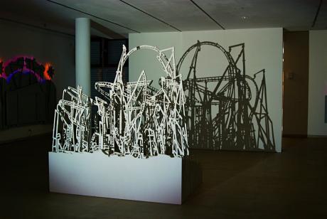 Achterbahn: alles nur Illusion. Ausgesägte Holzreste und Diaprojektor erzeugen den Schattenwurf
