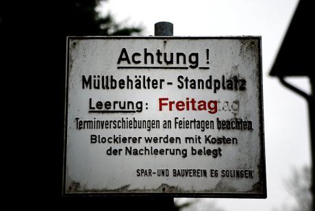Achtung! Müllbehälter - Standplatz!: Blockierer werden mit den Kosten der Nachleerung belegt