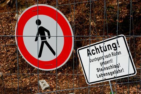 Achtung!: Durchgang nach Rüden gesperrt! Steinschlag! Lebensgefahr!