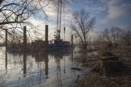 Wasserbaueinheit zur Dalben-Rammung: an der alten Wuppermündung