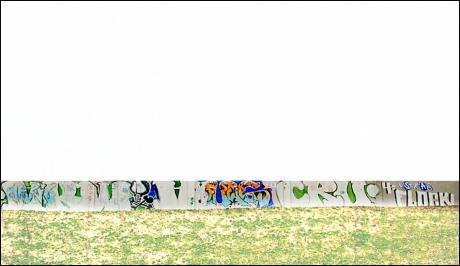 An der Wand entlang