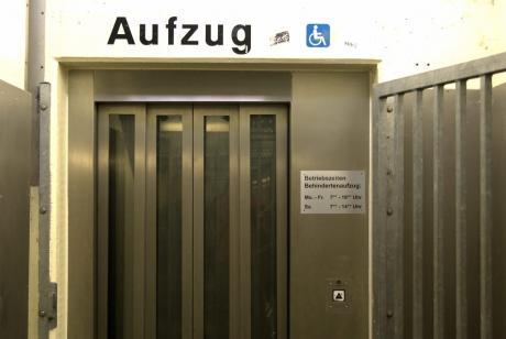 Aufzug: Betriebszeiten Behindertenaufzug:  Montag – Freitag: 7:00 – 19:00 Uhr,  Samstag: 7:00 – 14:00 Uhr