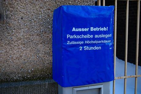 Ausser Betrieb!: Parkscheibe auslegen. Zulässige Höchstparkdauer 2 Stunden