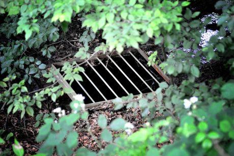 Bachgefängnis: Hier verschwindet der Strandbadbach im Untergrund