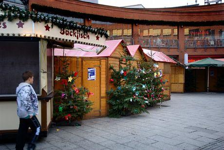 Backfisch: Weihnachtsmarkt 2011 rund um die Clemens-Galerien. Am Totensonntag durften die Budenbetreiber sich um das Gedenken kümmern - oder neuen Backfisch besorgen