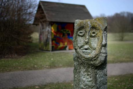 Skulptur im Bärenloch (Seitenansicht)