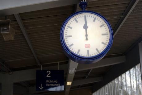 Bahnhofsuhr: High Noon? Nein, defekt!