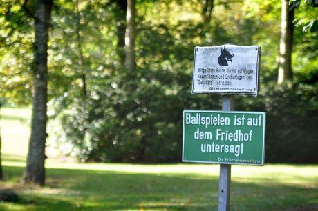 Ballspielen ist auf dem Friedhof verboten