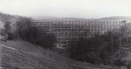 Im Frühjahr 1893 nimmt der Brückenbau Gestalt an.: (Foto: Stadtarchiv Solingen)