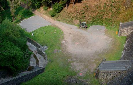 zukünftiger Bauplatz an der trockenen Luftseite der Sengbachtalsperre: (30.4.2011)