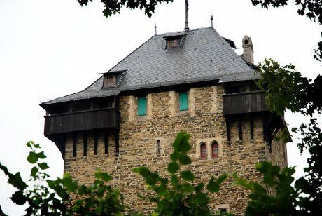 Bergfried: das Statussymbol oder ist es der ausgestreckte Mittelfinger ?