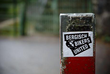 Bergisch Bikers United: wenn man die Waldwege nicht unsicher macht, dann verklebt man Sticker in selbigem