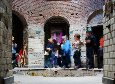 Besucher: werfen schon einmal einen Blick ins Römische Dampfbad. Zur Körperertüchtigung gibt es Stelzenlauf und die Eskimorolle