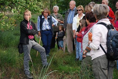 Dr. Jan Bommers: (l.) im Gespräch mit der Schäferin (mit Stock) und den Teilnehmer der geführten Wanderung