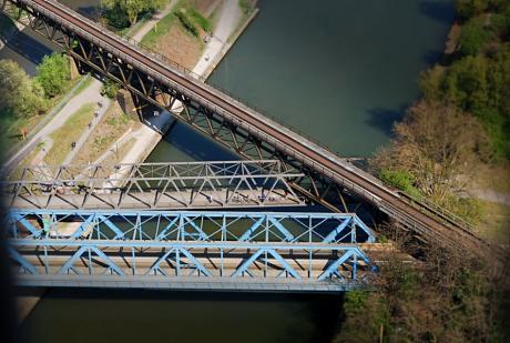 Brücken-Makramee: Brücke im Weg? Macht nichts, Durchdringung kein Problem