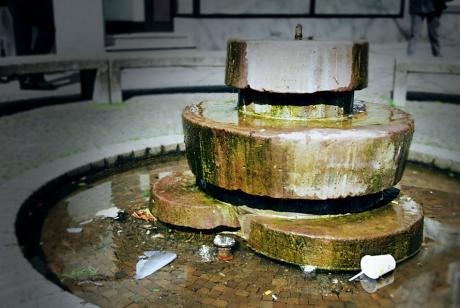 Brunnen aus Schleifsteinen
