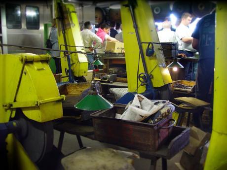 Metallbearbeitung der bewährten Art: (Aufnahme aus dem Jahr 2005)
