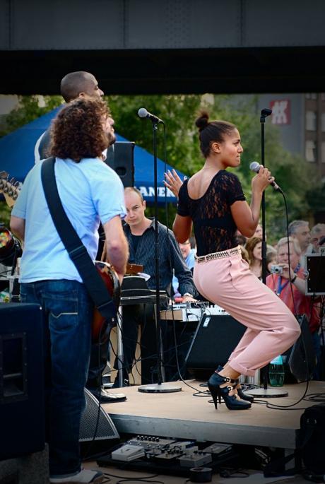 Wolf Codera and Band: Larissa Sirah (Gesang)