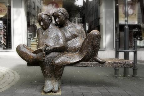 Das lesende Paar: (Skulptur von Gerda Kratz)