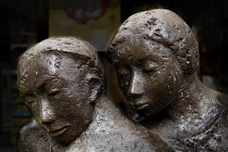 Das lesende Paar (Detail): (Skulptur von Gerda Kratz)