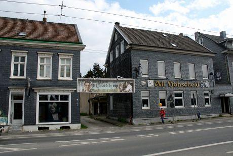 Neuerhofer Straße 110: links Nummer 112, 112a (im April 2011)
