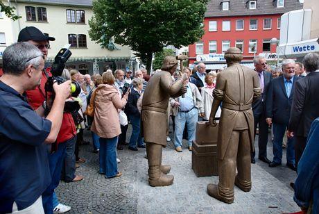 enthülltes Klingenschmied-Denkmal: der Meister mit seinem Gehilfen