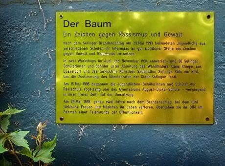 Der Baum: Hinweistafel an der Rathauswand