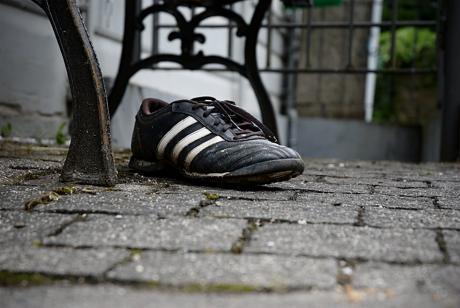 Der letzte Schuh des Kickers: Wo mag der andere geblieben sein? Schon über die Wupper gegangen?