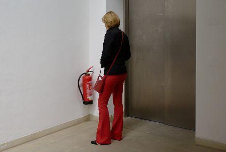 Die Kunst-Löscherin: am Aufzug