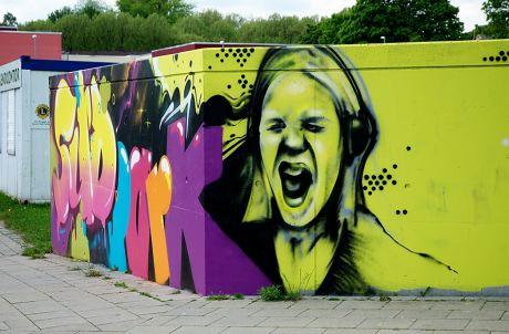 Graffito an einer Mauer im Südpark