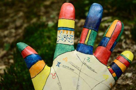 Niki de Saint Phalle in der Handausgabe: Die Zukunft in der Hand, von Elfie Hellmich