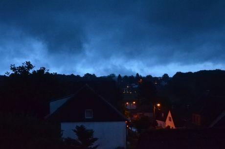 gestern Abend, leichter Regen: im Dorf