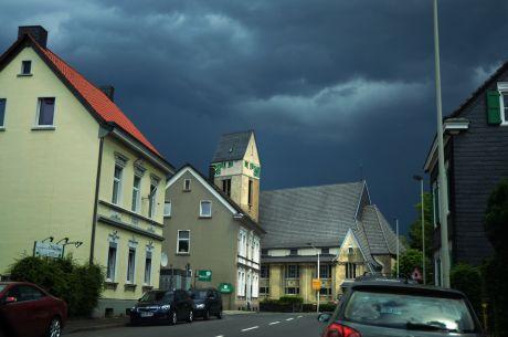 Doper-Kirche: im Licht des aufziehenden Unwetters