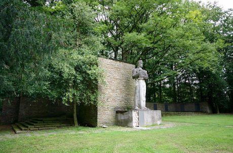 Kriegerehrenmal Birken, westlich der Burger Landstraße