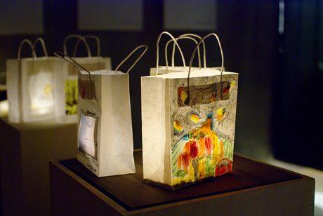 Licht eingetütet: immerhin keine Massenware, Unikate aus Künstlerhand, eingepackt