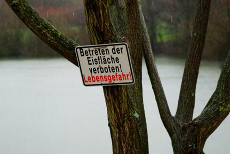 Lebensgefahr: Betreten der Eisfläche verboten!