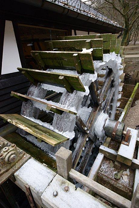 eingefrorenes Wasserrad: am Balkhauser Kotten
