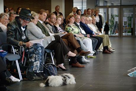 """Ausstellungseröffnung: Links der Herr, auf den der Hund aufpasst, ist Wolfgang """"Coco"""" Teuber, der für sein Kino 16 Lebensjahre unter der Erde verbrachte *"""