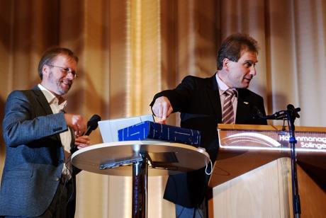 Solinger OB Norbert Feith schaltet das Portal www.solingen-spart.de frei: links im Bilder: Lutz Peters, Pressesprecher; rechts: OB Norbert Feith
