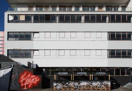 Felix-Haus, Südseite: alles war für die Fassadenprojektion vorbereitet (weiße Fläche)