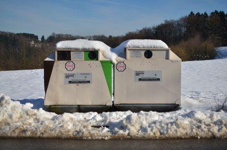 Flaschensammler: halten in der Kälte zusammen