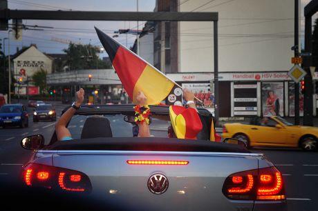 Freude im Auto: Nach dem 1:0 Sieg über Frankreich