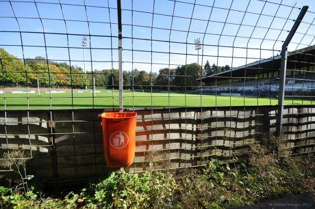 perfekt gepflegter Rasen im stillgelegten Stadion
