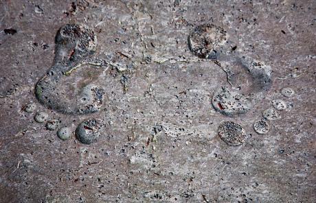 Fußabdrücke: erhaben