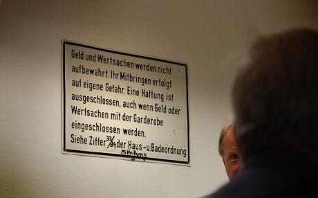 Geld und Wertsachen: Schild in der Solinger Badeanstalt an der Birker Straße